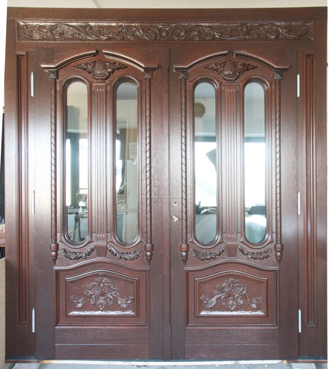 Drzwi zewnętrzne drewniane z naświetlami i rzeźbieniem