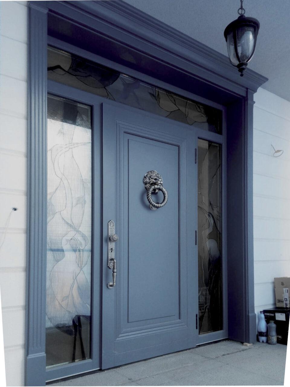 Drzwi drewniane zewnętrzne wejściowe z naświetlami i oprawą na elewację LZ659