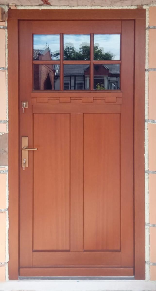 Drzwi drewniane jednoskrzydłowe z okienkiem 713